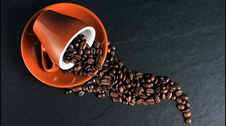 зерновой кофе, кофе в зернах , кофейная чашка с блюдцем и кофейные зерна