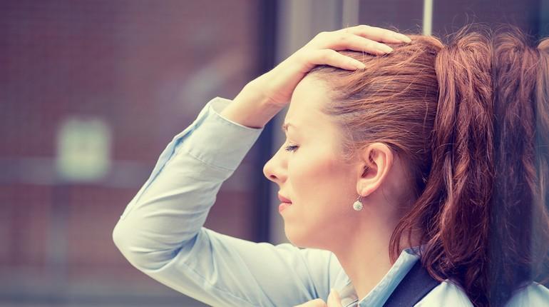 девушка расстроена, девушка закрыла глаза и держится за голову, у девушки болит голова