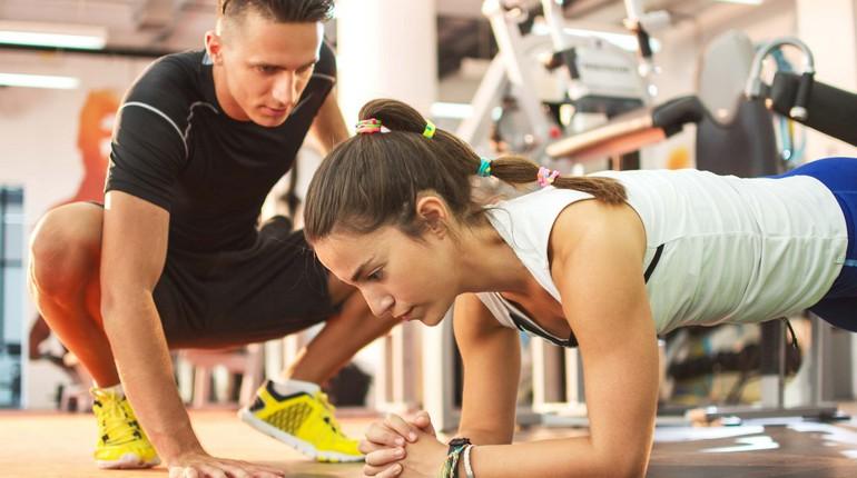 тренировка стренером, занятие в тренажерном зале, персональный тренер