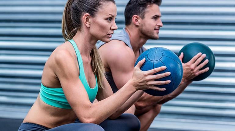 занятия с мячом, девушка и парень на тренировке, тренировка в спортклубе