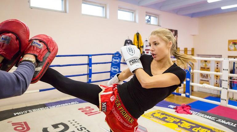 девушка на тренировке по боксу, девушка занимается тайским боксом