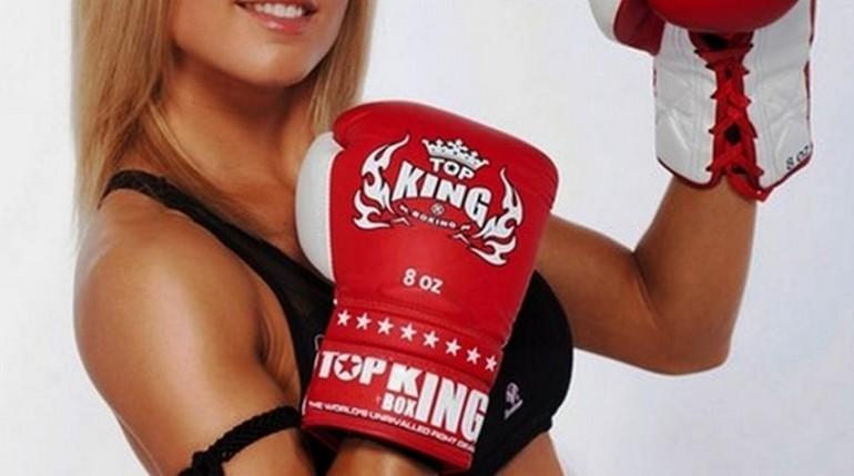 девушка в боксерских перчатках, занятия боксом для девушек