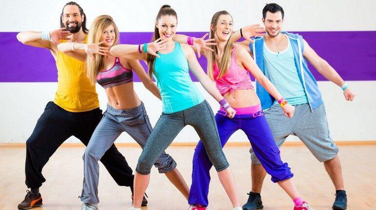 девушки и парни на тренировке по зумбе, танцуем зумба, зумба это весело и полезно
