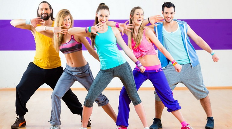 девушки на тренировке по зумбе, танцуем зумба, зумба это весело и полезно