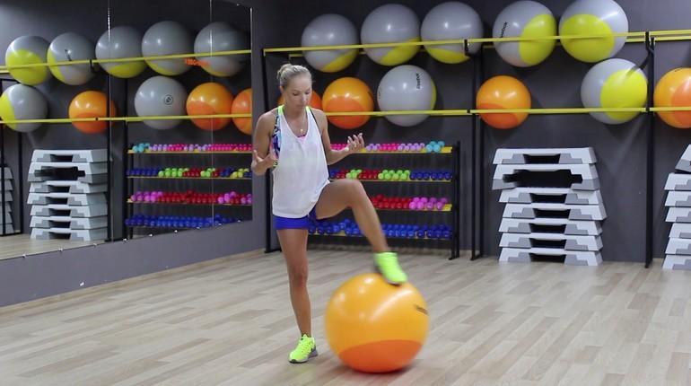 девушка с спортзале с фитболом, девушка и спортивное оборудование