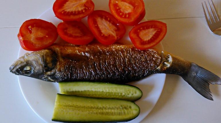 рыба на тарелке с помидорами и огурцами, жареная рыба со свежими овощами, на тарелке рыба и овощи