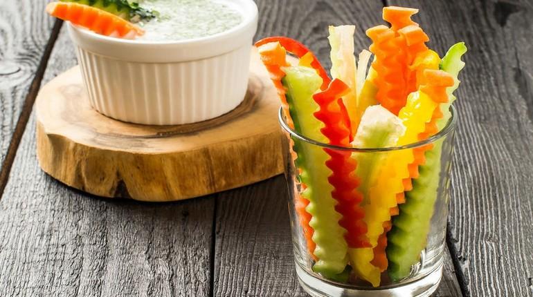 овощи нарезанные фигурными дольками в стакане, полезный перекус, полдник для пользы здоровью