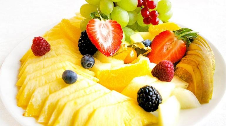 нарезка из фруктов, ананас нарезанный на тарелке с ягодами, фруктовая нарезка для перекуса
