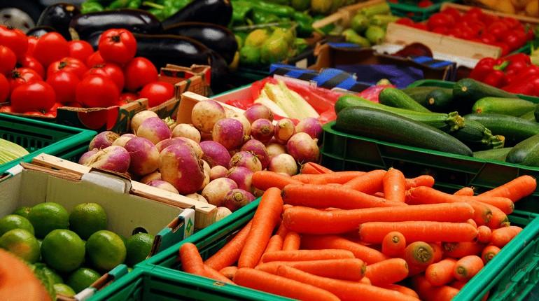 овощи на рыночном прилавке, рынок овощей и фруктов, органические овощи