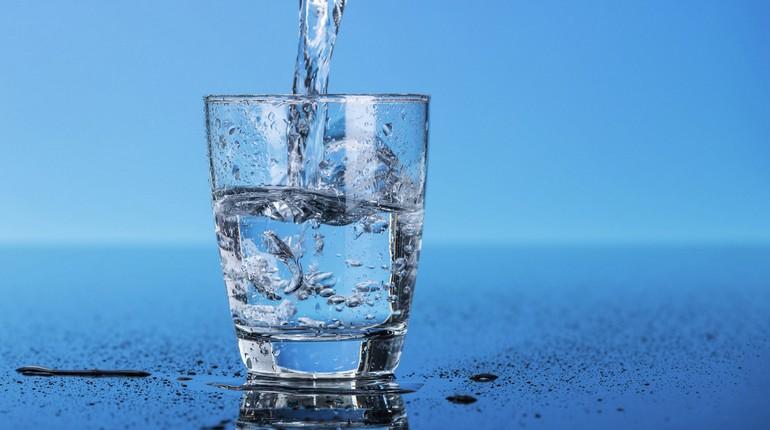 стакан с водой, вода в стакане