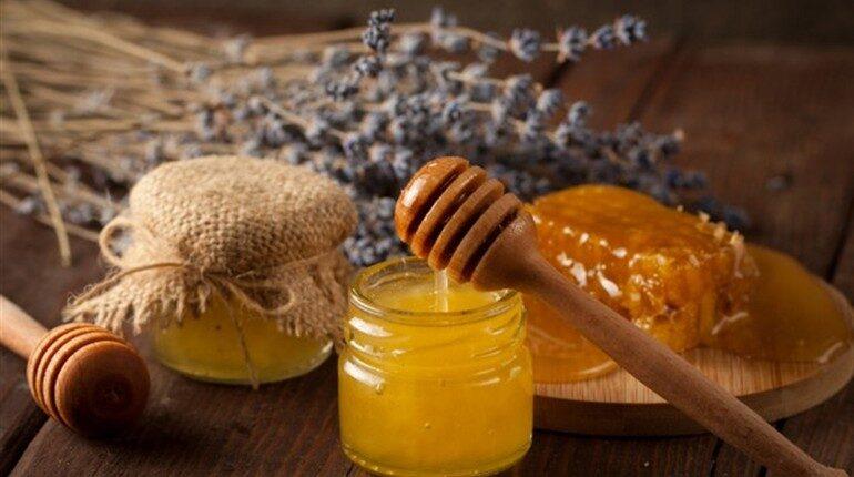 мед в баночке и цветы лаванды на столе, мед