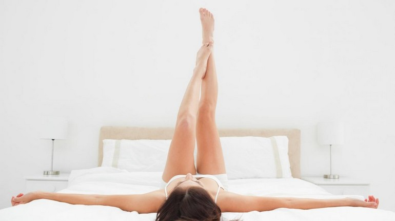 девушка делает упражнения, занятия гимнастикой дома
