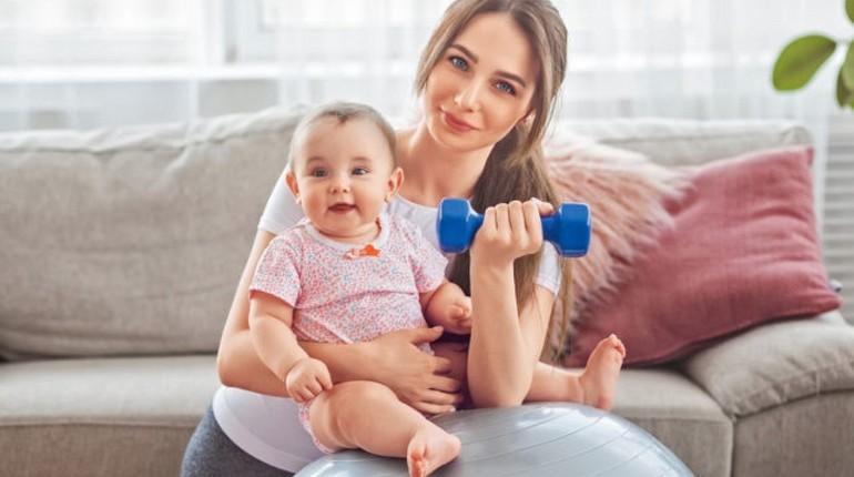 фитнес с малышом, мама с ребенком занимается спортом