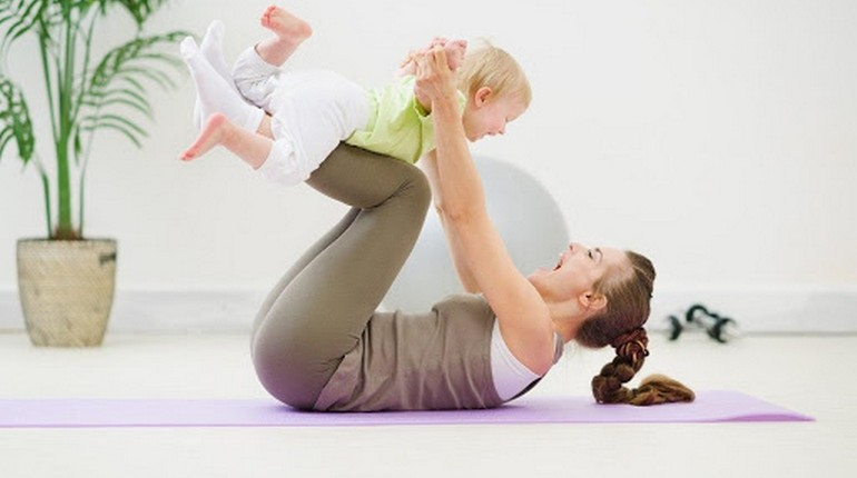 фитнес с малышом, мама качает пресс с малышом