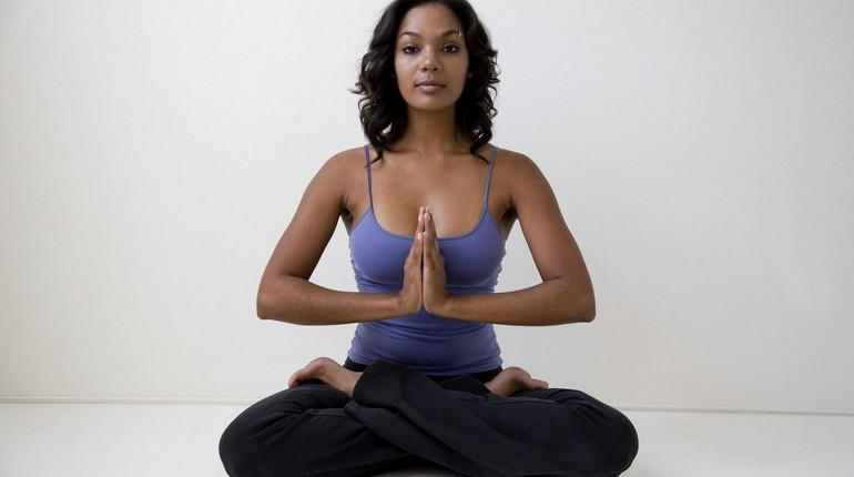 девушка медитирует в позе лотоса