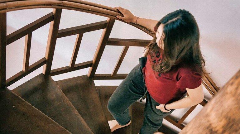 девушка идет вверх по лестнице, ходьба по крутой лестнице
