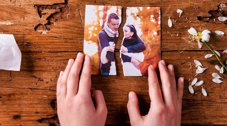 разрыв отношений, разорванная фотография, парочка рассталась друг с другом