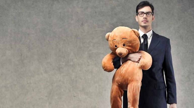 взрослый мужчина держит в руках мишку, инфантильный мужчина