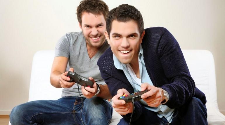 два парня играют в видеоигру, парни с джостиками играют в приставку