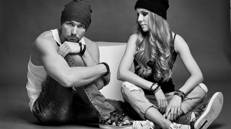 парочка выясняет отношения, девушка разговаривает с парнем