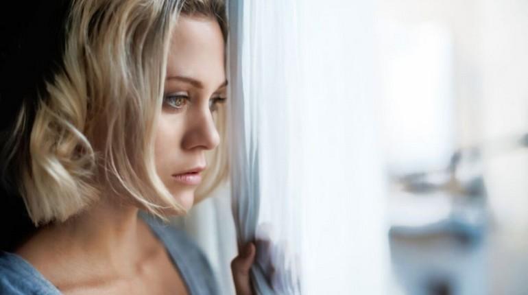 одинокая девушка, девушка без отношений, девушка смотрит в окно