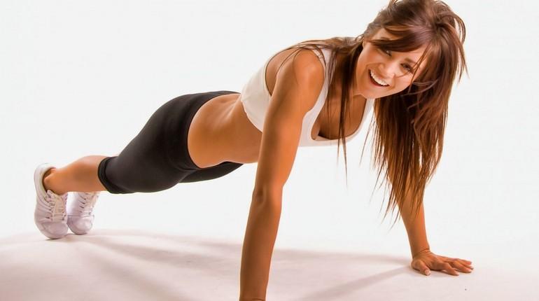 девушка стоит в позе планка, упражнения на развитие грудной мышцы