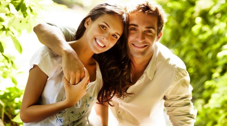 искренние отношения, парень и девушка счастливы вместе