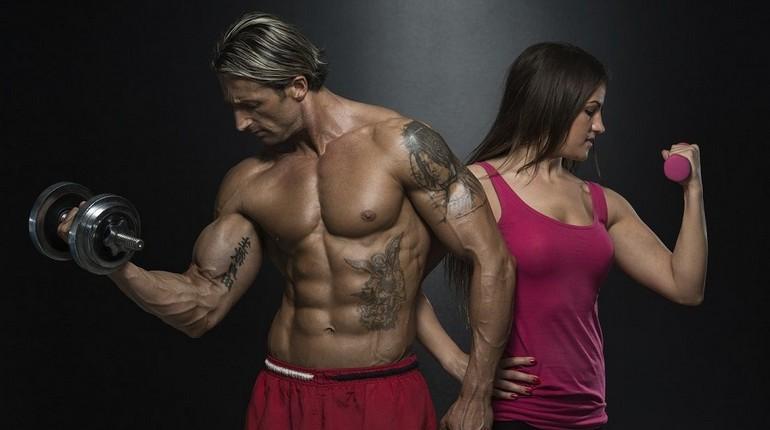 бодибилдеры демонстрируют свои мышцы, накачанные мужчина и девушка на тренировке