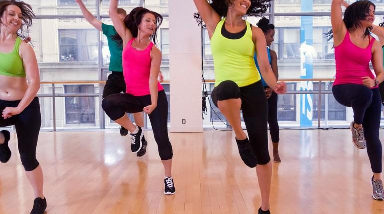 девушки на тренировке , фитнесс в тренажерном зале, групповая тренировка, прыжки