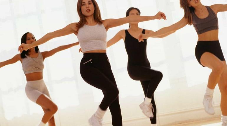 тренировка и настроение, групповые занятия спортом, девушки занимаются фитнесом