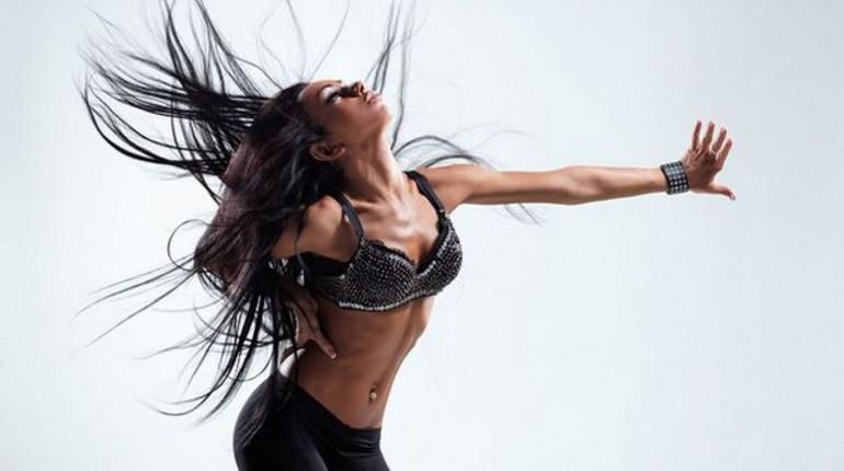 девушка с увлечением танцует, занятие танцем