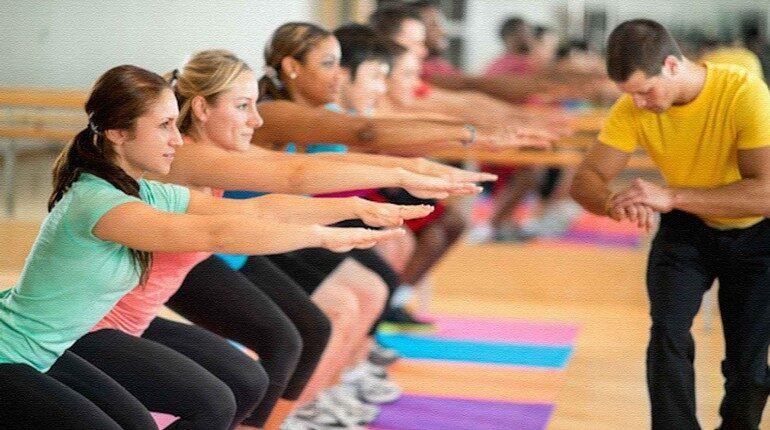тренировка в группе, табата в спортклубе, девушки занимаются с тренером