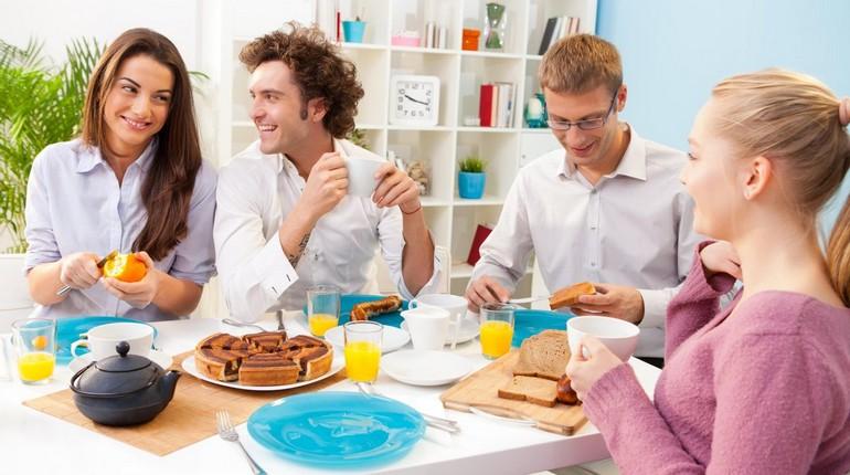 молодые люди пьют чай в офисе, чаепитие на работе