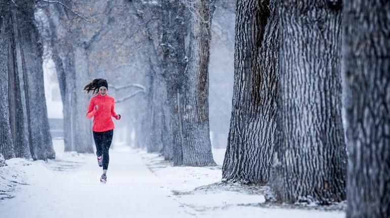 пробежка по заснеженному лесу, девушка на пробежке