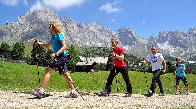 скандинавская ходьба, занятия на свежем воздухе, поход в горы налегке