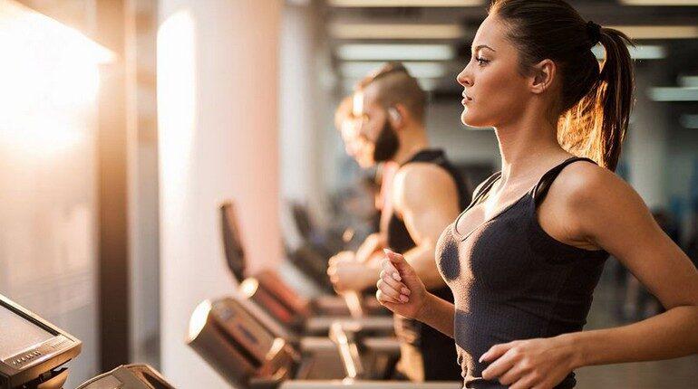 девушки на беговой дорожке, занятия в спортзале