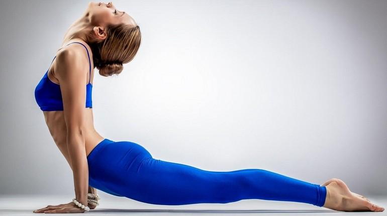 девушка делает упражнения на растяжку, классическое упражнение кобра