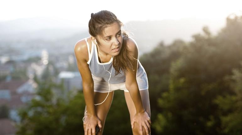 девушка устала на пробежке, передохнуть и бежать дальше, девушка на пробежке отдыхает