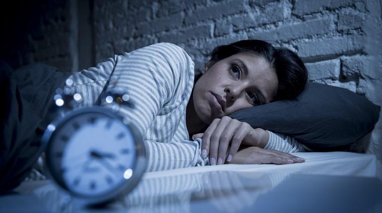 бессонница, девушка не спит ночью, девушка не спит ночью