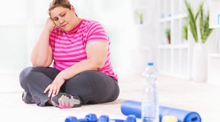 девушка страдает ожирением, лень заниматься спортом