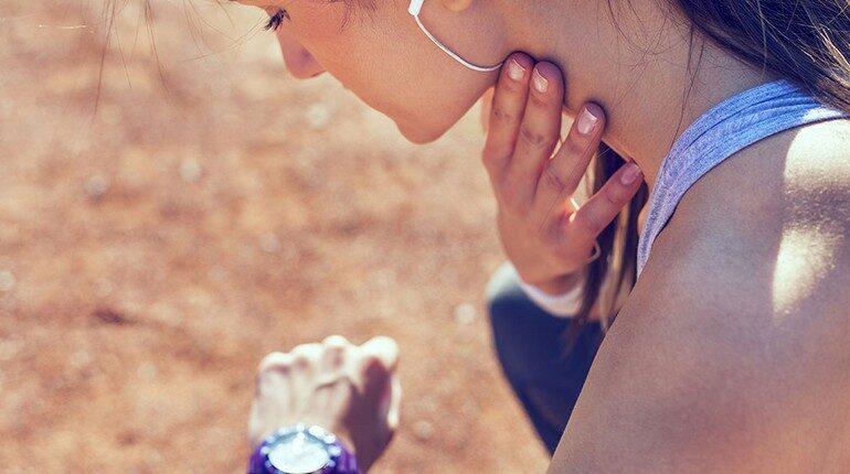 девушка измеряет себе пульс на шее, измерение пульса, какой пульс после пробежки