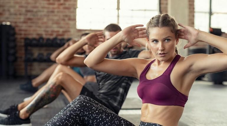 фитнес в тренажерном зале, групповая тренировка