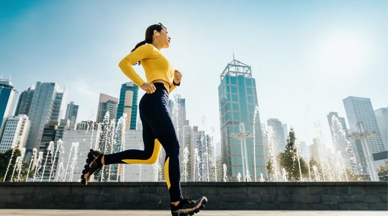пробежка в городе, кардиотренировки в городе, девушка бежит вдоль фонтана