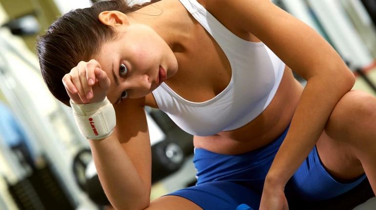 головокружение, девушка устала на тренировке, слабость и упадок сил после тренировки