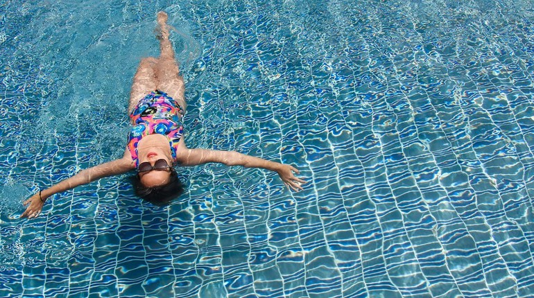 девушка в бассейне, занятия в воде