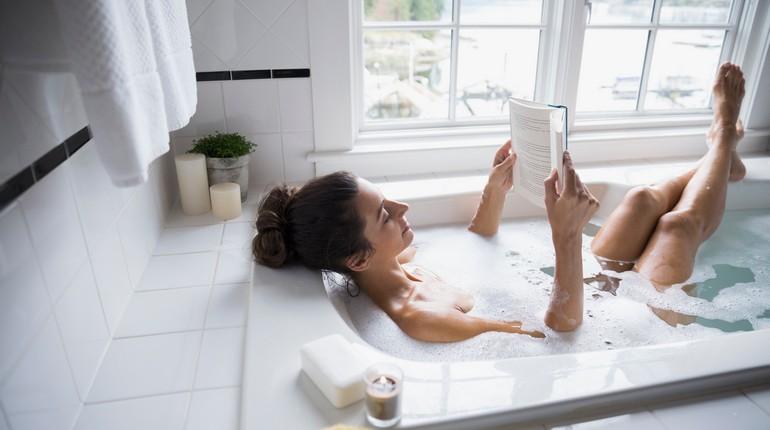 девушка принимает ванну, чтение книги в ванной, девушка расслабляется