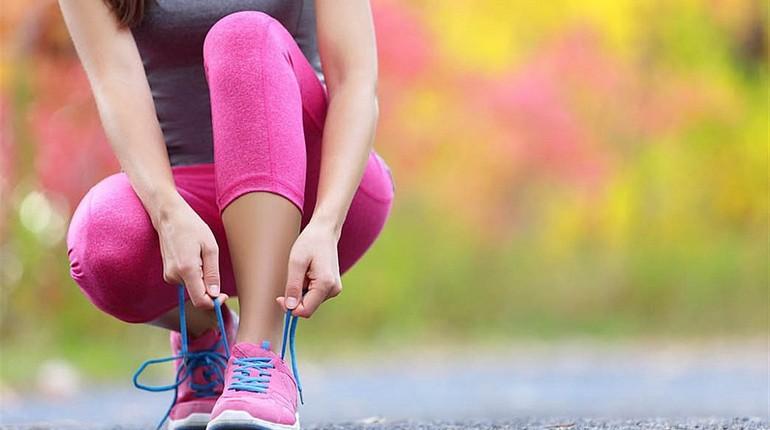 девушка перед пробежкой, девушка завязывает шнурки, завязать кроссовок