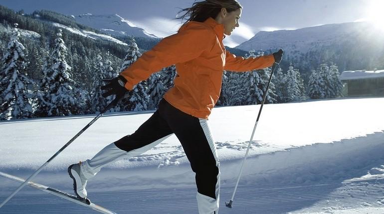 девушка катается на лыжах, беговые лыжи, лыжная прогулка