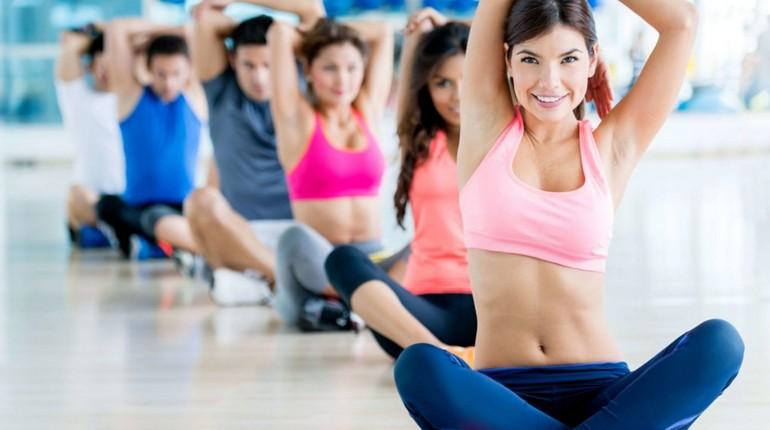 занятия в спортзале, групповая тренировка