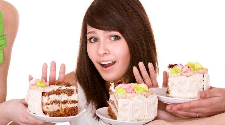 отказаться от сладкого, скажем нет тортикам и пироженкам, девушка отказывается от десертов